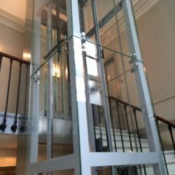 Pylone d'ascenseur vitré